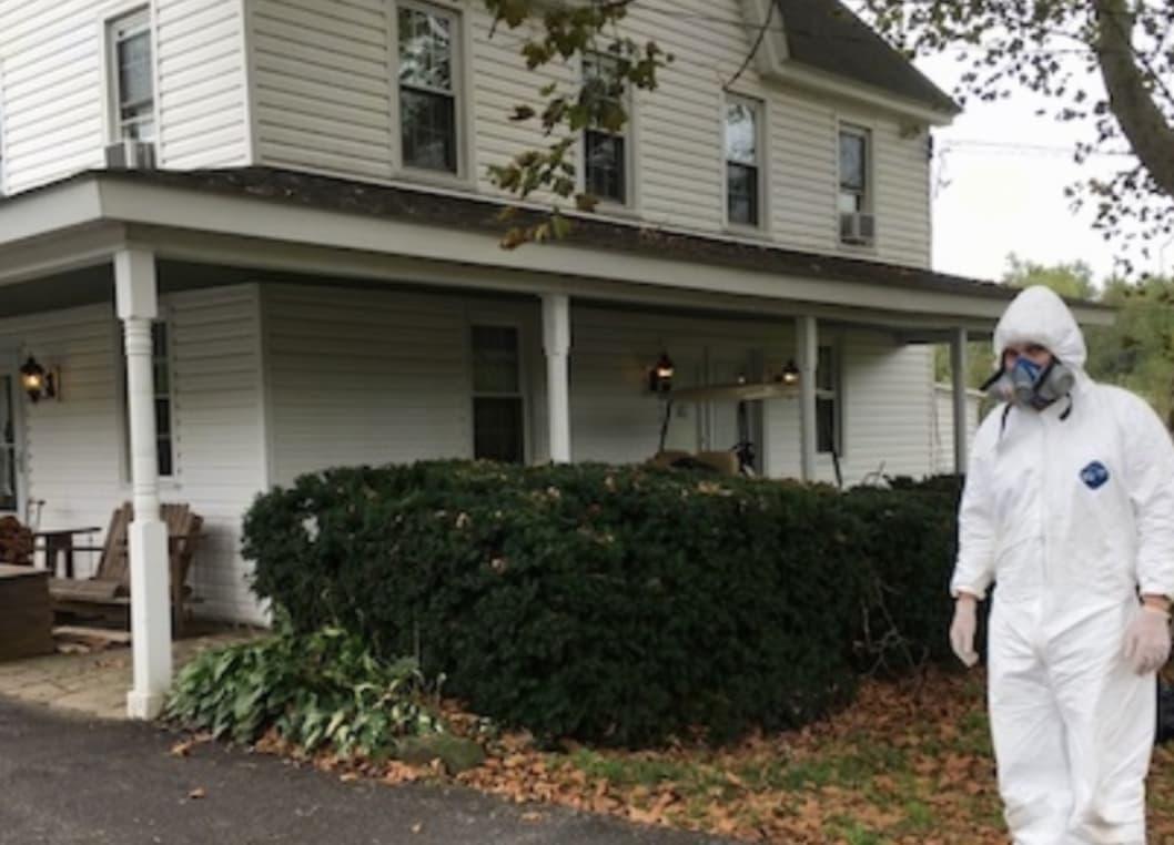 Médicos Deixam Casa De Homem De Quarentena Por Causa De Uma Rocha Que Ele Encontrou